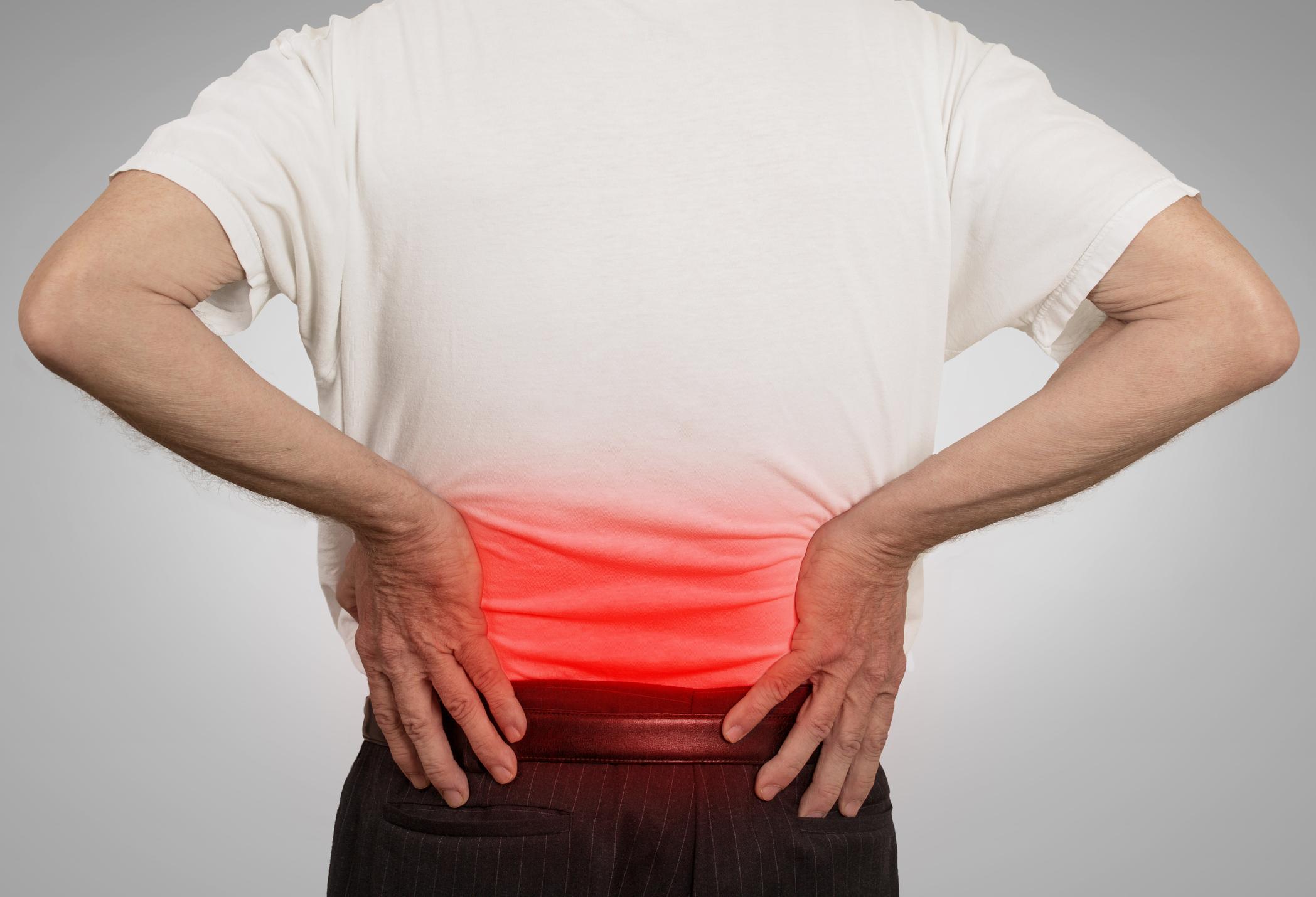 У мужчины боли в спине