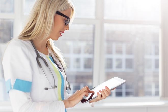 девушка врач с планшетом