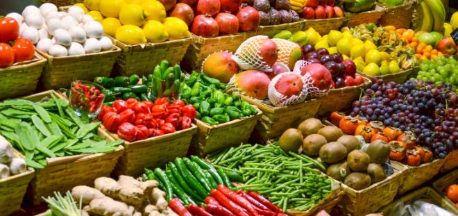 Фрукты и овощи в корзинках