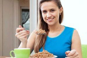 Женщина, ест, гречка